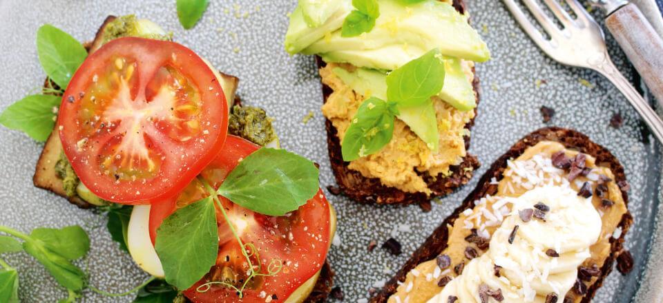 Højtbelagt smørrebrød med vegetarisk og næringsfyldt indhold