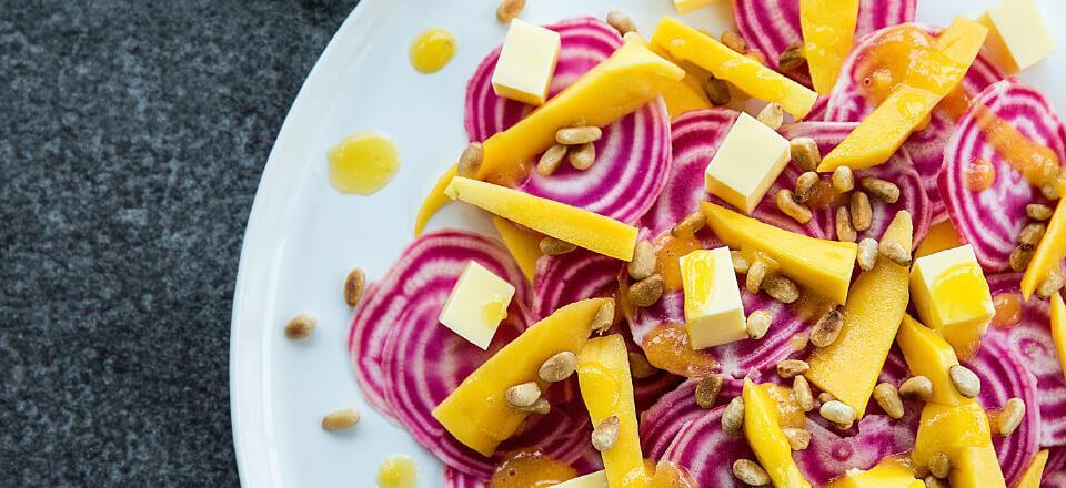 Der er knald på både farver og smag i en bolsjebedesalat med mangodressing