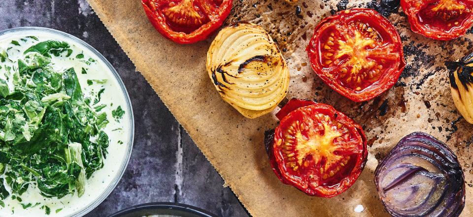 Opskrift på blomkålsmos og stuvet spinat med bagte tomater og løg