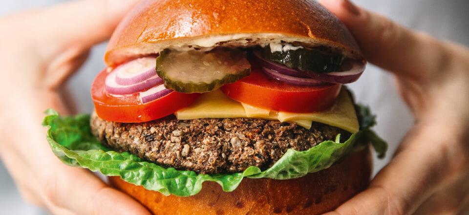 Klassisk burger med krydret bønnebøf
